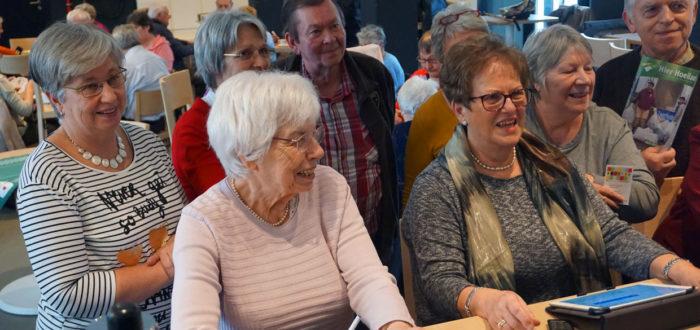 Voorzitter Gilberte Marchand demonstreert de website van senioren Hoeilaart