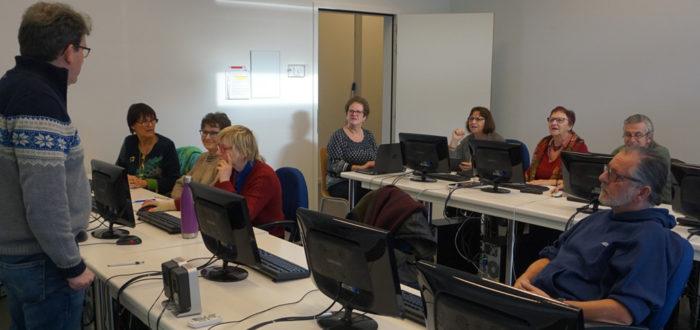 Het computerspreekuur onder leiding van Alain Borreman (foto credits: Eddy Olislaeger)