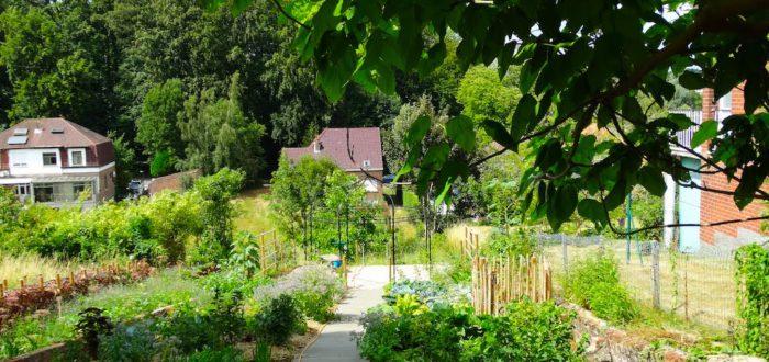 Het witte huisje en de filosofentuin. Foto credits: Mieke Maerten.