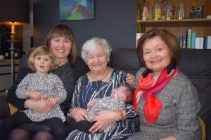 Van links naar rechts: op de schoot Marthe Smets (2,5) bij Liesbeth Kubben (29), in het midden Marie Louise Craps (80) met baby Lucie Smets (3 maanden) en Christine Vandenput (55).
