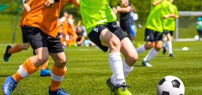 Voetballende jongens (foto credits: Shutterstock)