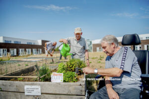 Tuinieren (foto credits: Sien Verstraeten - Vlaamse Ouderenraad)